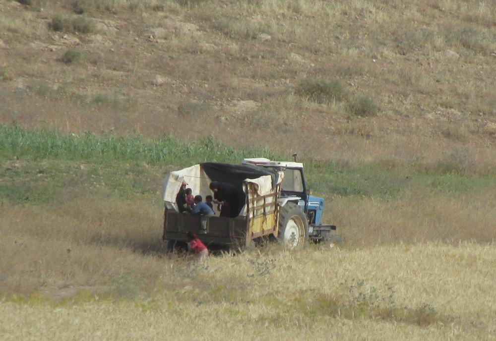 une famille réfugiée dans une remorque de tracteur
